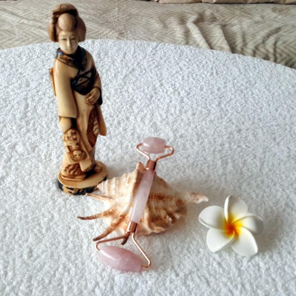 rouleau de massage visage quartz rose9 700x700